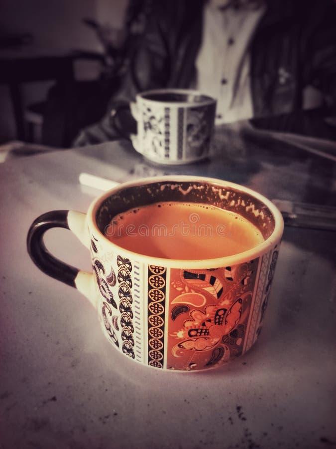 Une tasse fraîche de thé pendant le matin photo libre de droits