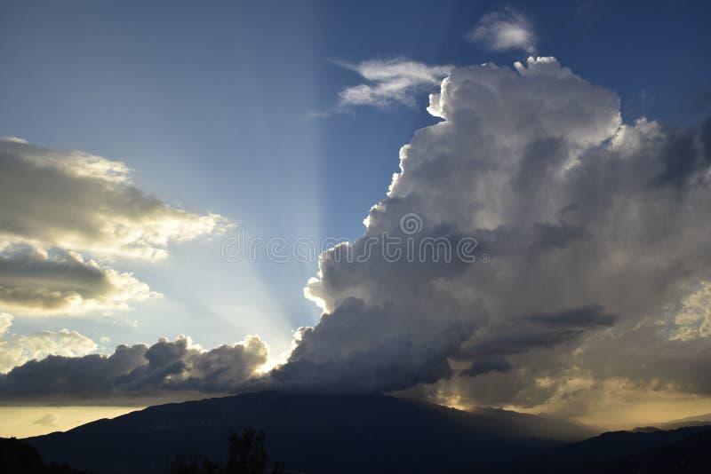 Une tempête aux montagnes, images stock