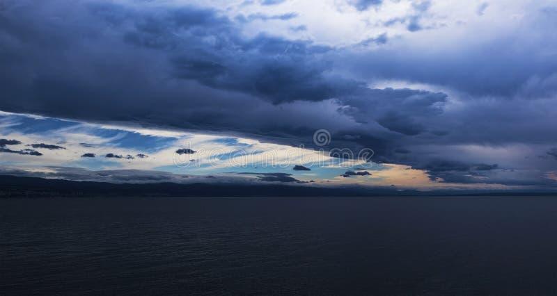 Une tempête de dépassement au-dessus de la baie photo libre de droits