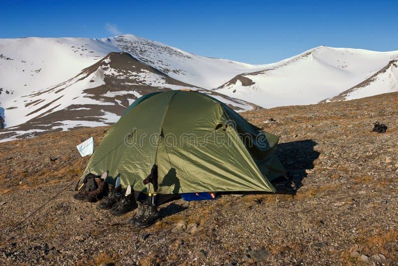 Une tente dans la toundra dans Svalbard images libres de droits