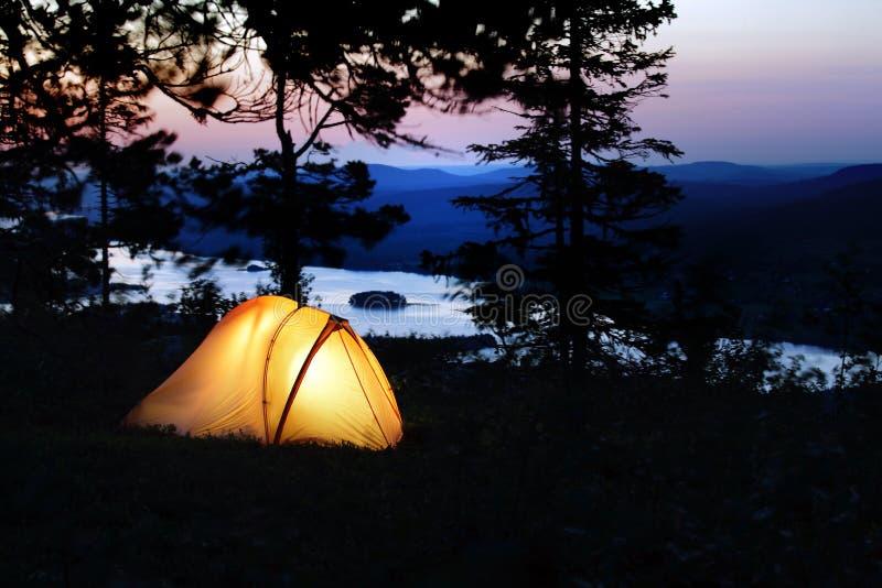 Une tente s'est allumée au crépuscule photos stock