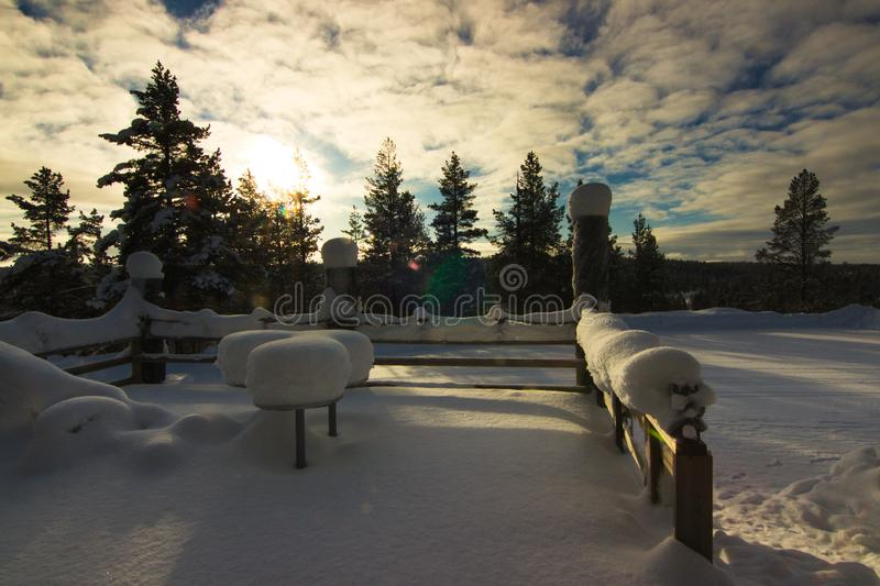 Une terrasse sous la neige en Laponie finland photos stock