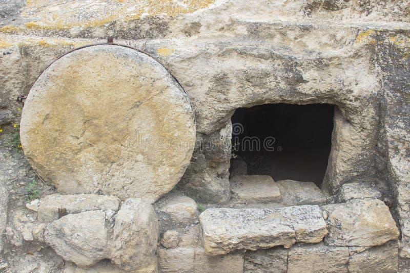 Une tombe taillée par roche typique sur la route au megiddo en Israël image libre de droits