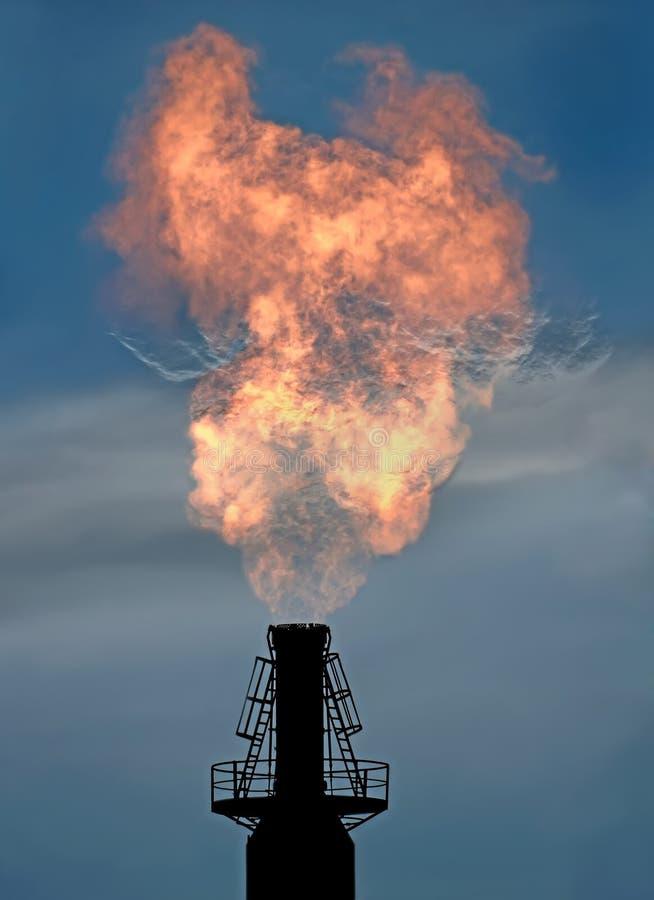 Une torche de gaz sur une des usines chimiques photographie stock