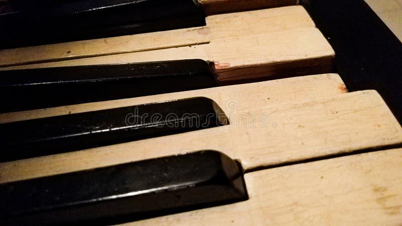 Une touche d'interruption sur le vieux piano image libre de droits