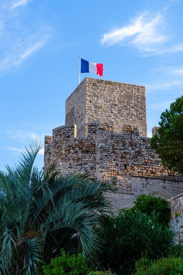 Une tour antique de Cannes avec le drapeau français image libre de droits