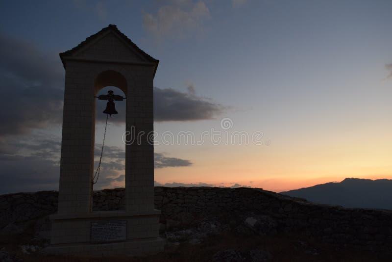Une tour de cloche au coucher du soleil photographie stock