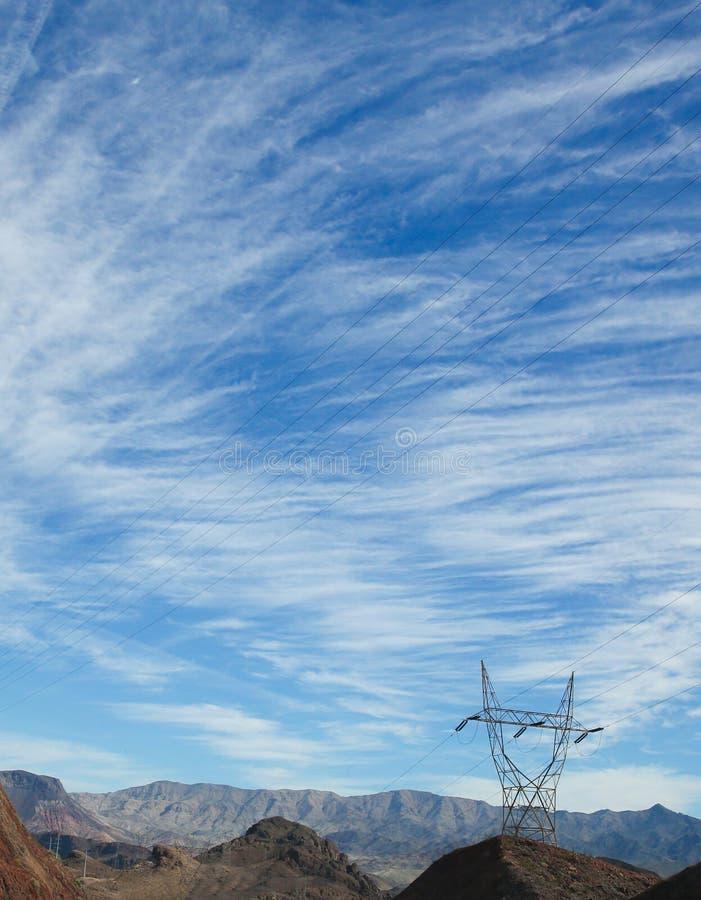 Une tour de fil électrique dans le désert avec le beau ciel bleu photographie stock