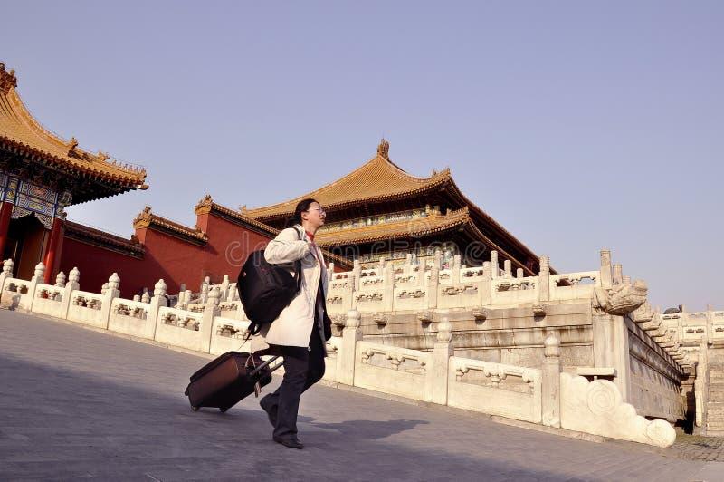 Une touriste de femme avec la valise chez Cité interdite, Chine images libres de droits