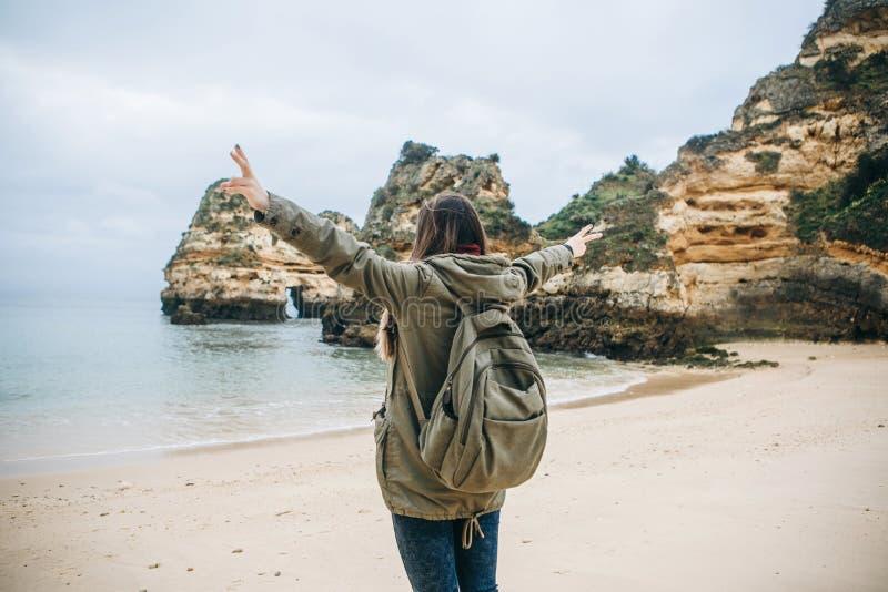 Une touriste de jeune femme apprécie de belles vues de l'Océan Atlantique et du paysage photographie stock libre de droits