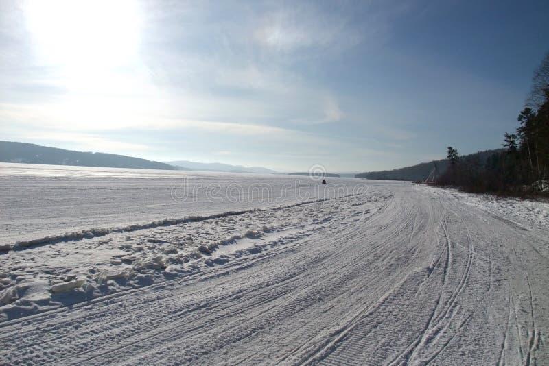 Une traînée de motoneige en hiver au Québec photographie stock