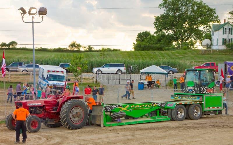 Une traction de tracteur sur samedi soir dans Ontario du sud image stock