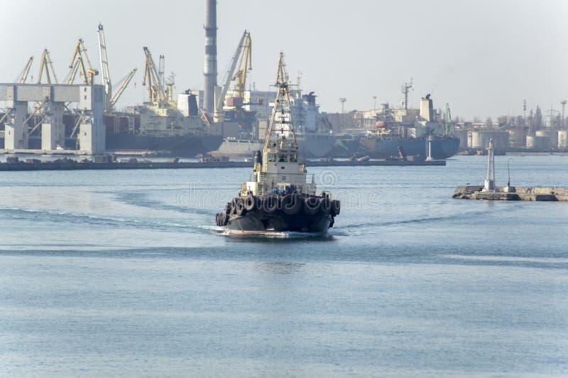 Une traction subite marine effectuant le travail dans le port d'Odessa i photo libre de droits