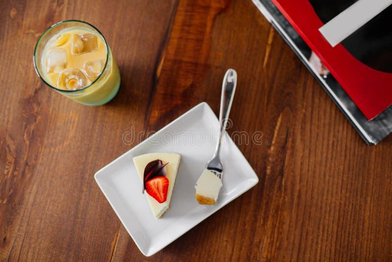 Une tranche de gâteau avec la fraise Caf? glac? photo stock
