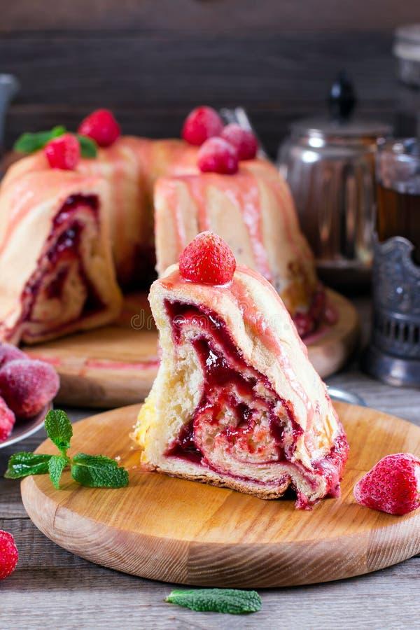 Une tranche de tarte fait maison de levure avec la confiture photographie stock libre de droits