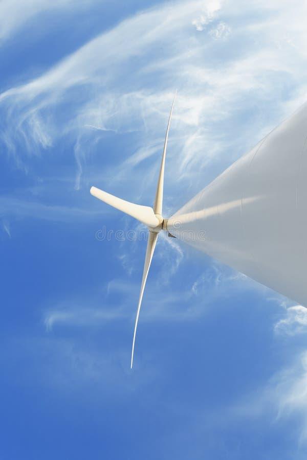 Une turbine de vent électrique sur un fond de ciel Fermes de moulin à vent Énergie éolienne Concept renouvelable de sources d'éne photographie stock