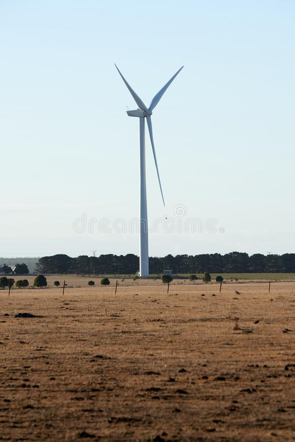 Une turbine de vent simple dans la campagne australienne photos libres de droits