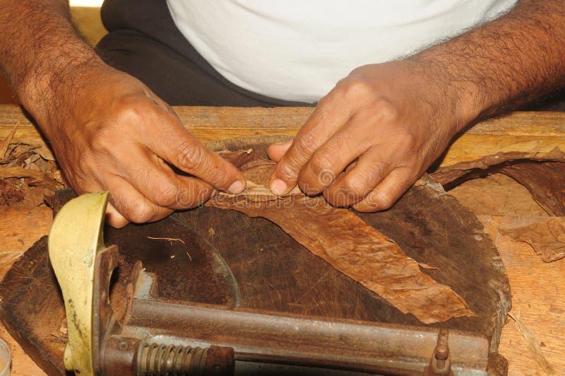 Une usine de cigare en République Dominicaine  la main principale tord un cigare photographie stock