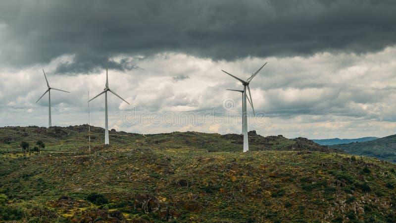 Une usine de turbine de vent sur une colline au Portugal du nord-est, concept d'énergie renouvelable photos libres de droits