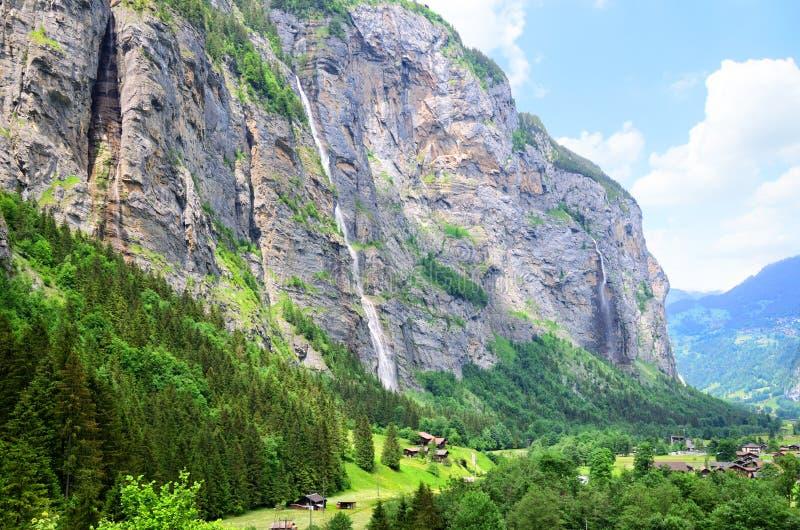 Une vallée rurale de Lauterbrunnen de paysage dans les Alpes suisses photographie stock libre de droits