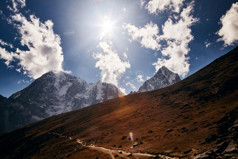 Une vaste vallée passa sur le chemin du camp de base de l'Everest image stock