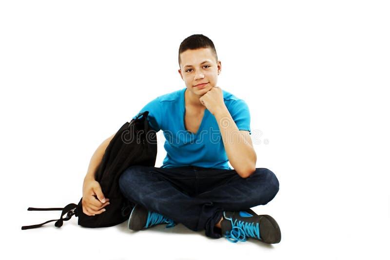 Une verticale d'un étudiant mâle avec un sac d'école images libres de droits