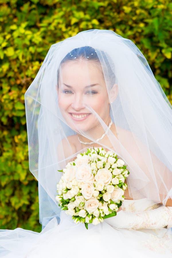 Une verticale de la belle mariée heureuse sous images libres de droits