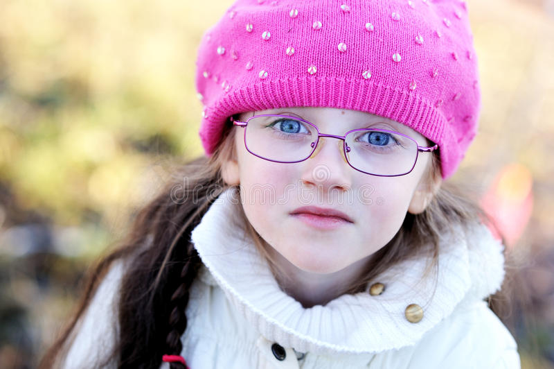 Une verticale de petite fille utilisant le capuchon rose photo libre de droits
