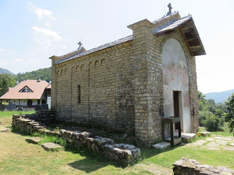 Une vieille église en hauteur photo libre de droits