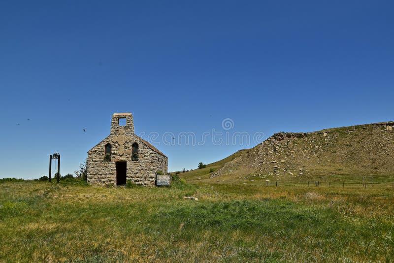Une vieille église en pierre abandonnée image libre de droits