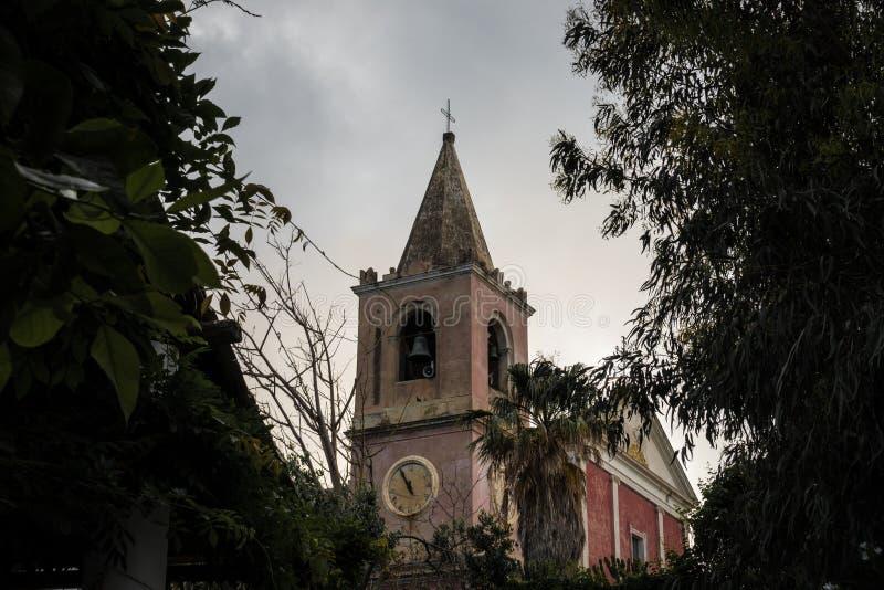 Une vieille église en Sicile, Italie a encadré par des arbres photographie stock