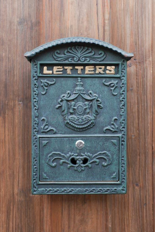 Une vieille boîte aux lettres image stock