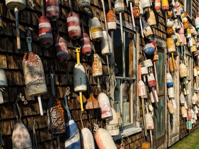 Une vieille cabane de pêche couverte dans la trappe de homard flotte photographie stock libre de droits