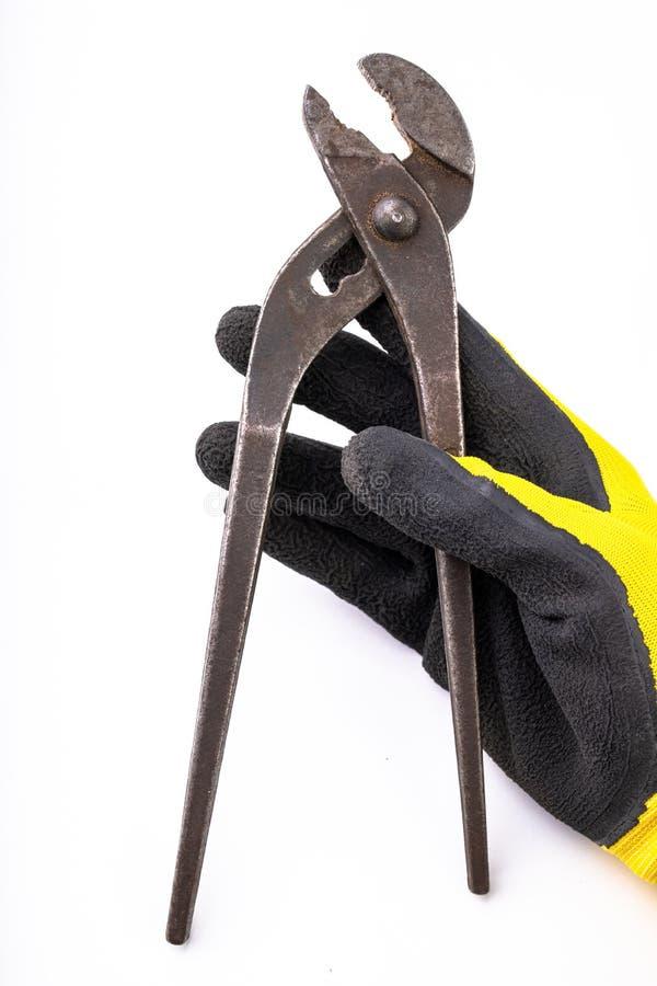 Une vieille clé hydraulique dans votre main Accessoires pour le mécanicien et les vêtements de travail photographie stock libre de droits