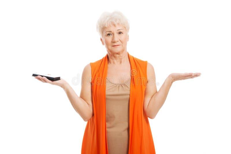 Une vieille dame à l'aide du téléphone portable. photographie stock