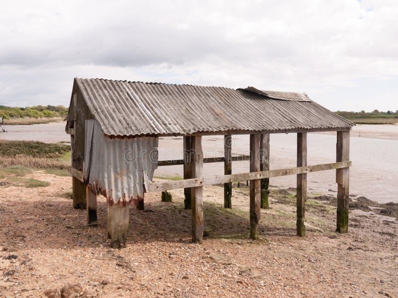 Une vieille et abandonnée cabane de mer a jeté la décomposition et la décomposition photo libre de droits
