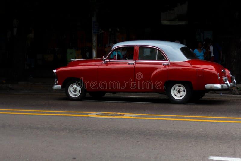 Une vieille et belle conduite rouge par les rues de La Havane photographie stock