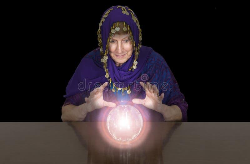 Bohémienne supérieure mûre de femme, diseur de bonne aventure, Balll en cristal photographie stock libre de droits