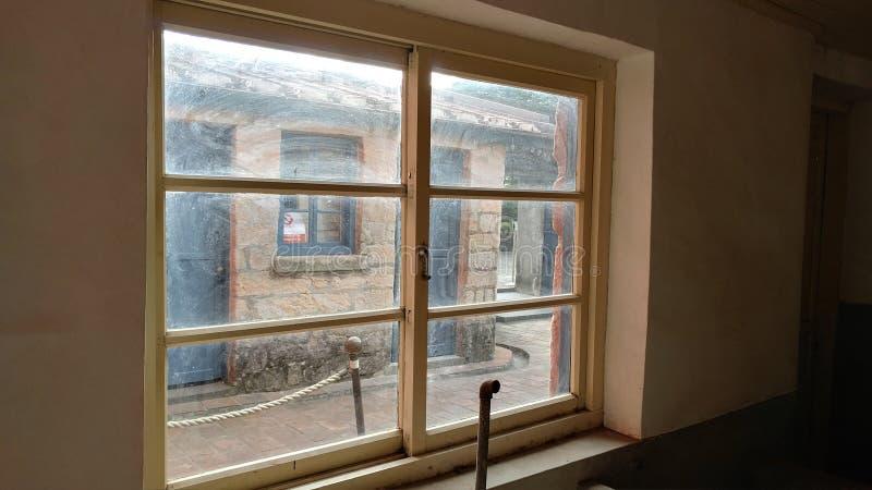 Une vieille fenêtre d'une vieille maison avec la vieille couleur photos libres de droits