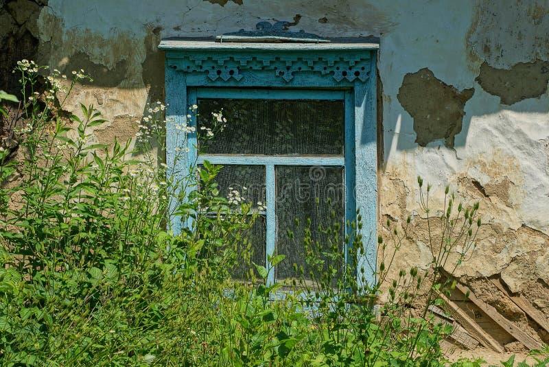Une vieille fenêtre en bois bleue sur un mur gris photos stock