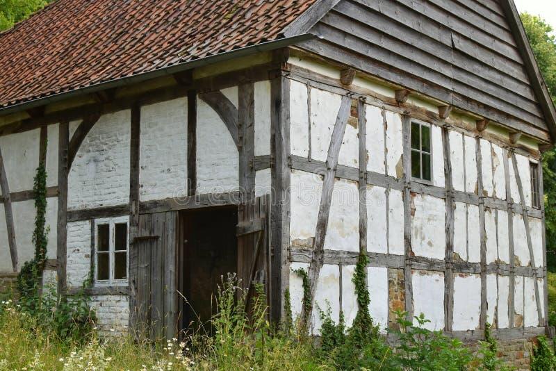Une vieille ferme désolée et abandonnée se trouve vide et ressemble à une maison de hantise image libre de droits