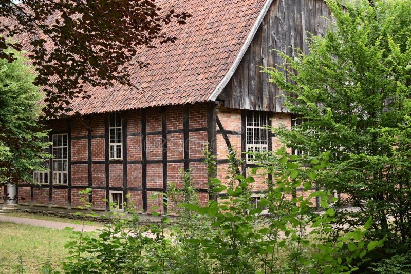 Une vieille ferme désolée et abandonnée se trouve vide et ressemble à une maison de hantise images libres de droits