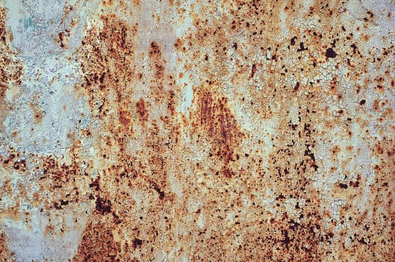 Une vieille feuille peinte de fer couverte de fond d'abrégé sur rouille photos stock