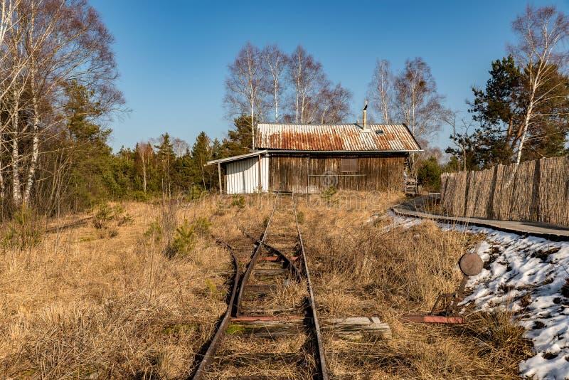 Une vieille grange avec un rail historique dans l'avant photos libres de droits