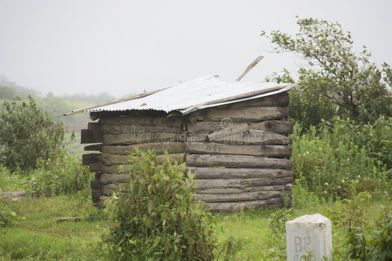 Une vieille hutte parmi la végétation envahie dans les collines est de Khasi dans l'Inde du nord-est images stock