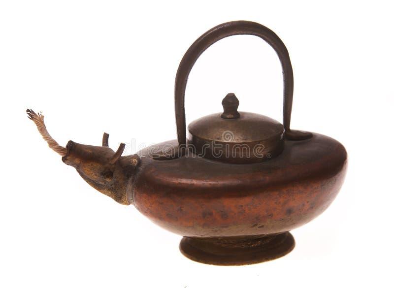 Une vieille lampe à pétrole en laiton images stock