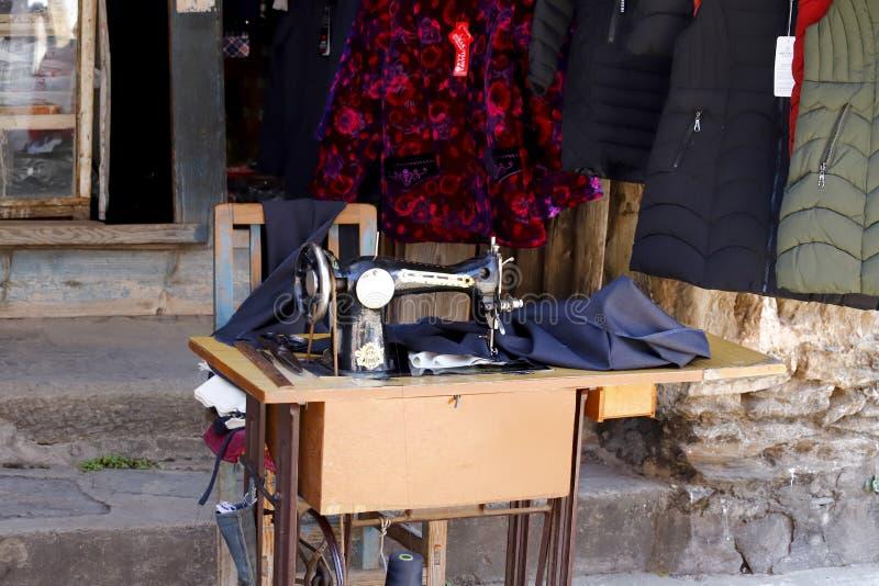 Une vieille machine à coudre dans un magasin le long de la route dans le village de Shigu, Yunnan, Chine image libre de droits