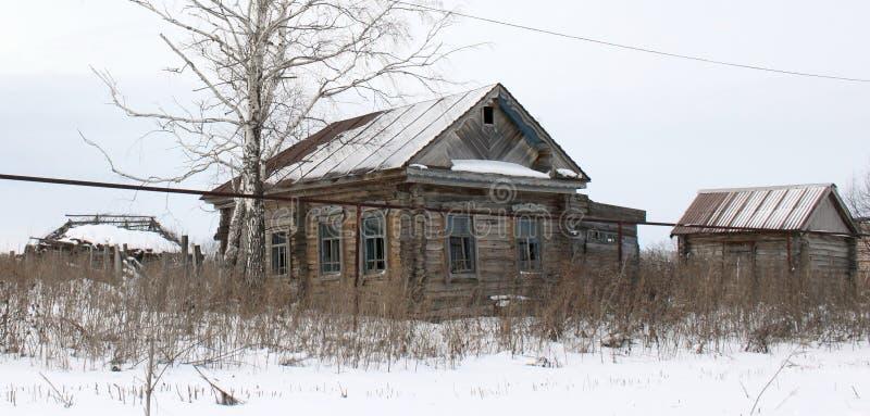 Une vieille maison abandonnée de village image libre de droits