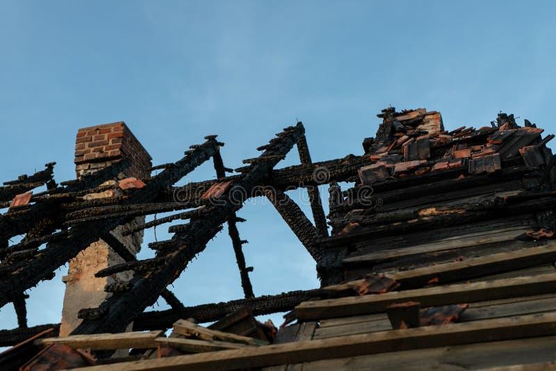 Une vieille maison brûlée Il ruine après le feu de l'inte de bâtiment images libres de droits
