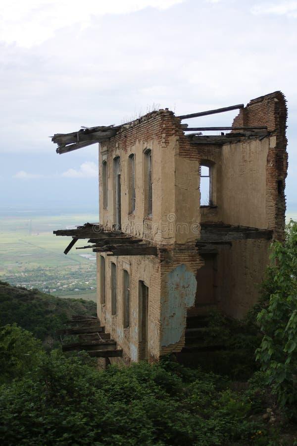 Une vieille maison détruite contre la vallée ensoleillée d'Alazany images stock